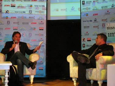 """דונלד בוסטרום (משמאל) ויאיר לפיד, בכנס דימונה לתקשורת. דימונה, 2.11.09 (צילום:""""העין השביעית"""")"""