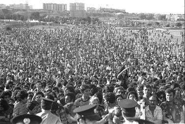 """קהל של 60 אלף אוהדים מתאסף בפארק הירקון בציפייה לחברי קבוצת מכבי תל-אביב, לאחר זכייתם בגביע אירופה. אפריל 1977 (צילום: יעקב סער, לע""""מ)"""