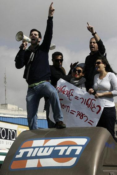 אנשי ערוץ 10 מפגינים מול משרדי הרשות השנייה, ינואר 2009 (צילום: קובי גדעון)