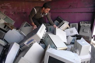 ממחזרים ציוד אלקטרוני, נובמבר 2006 (צילום: יוסי זמיר)