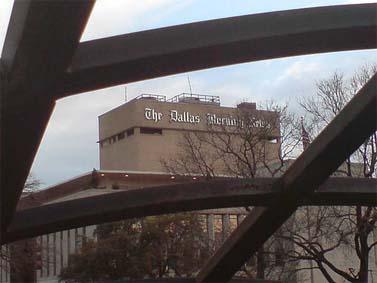 "בניין ה""דאלאס מורנינג ניוז"" (צילום: John C Abell, רשיון cc-by-nc-sa)"