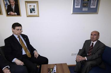 """סגן שר החוץ הישראלי דני איילון (משמאל) והשגריר הטורקי אחמט אוזול צ'ליקול, ב""""פגישת ההשכלה"""" במשרד החוץ. 11.1.09 (צילום: אביר סולטן)"""