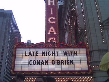 """שלט בשיקגו עם הכיתוב """"'לייט נייט' עם קונאן אובריאן"""" (צילום: RichieC, רישיון cc-by-sa)"""