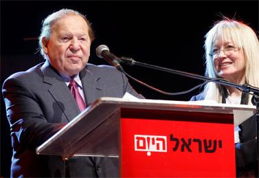 """שלדון אדלסון נואם בכינוס לכבוד השקת מהדורת סוף-השבוע של """"ישראל היום"""". לצדו, אשתו מרים. 26.12.09 (צילום: יח""""צ)"""