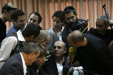 """ח""""כ שאול מופז מוקף עיתונאים, לפני ישיבת מפלגת קדימה. 2.11.09 (צילום: מרים אלסטר)"""