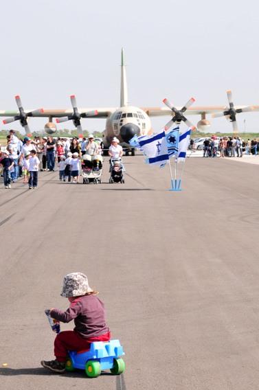 ישראלים מבקרים בבסיס חיל האוויר בתל-נוף (צילום: שי לוי)