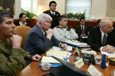 """ראש השב""""כ יובל דיסקין (מימין) והרמטכ""""ל גבי אשכנזי (משמאל) בישיבת ממשלה, 28.12.08 (צילום: קובי גדעון)"""