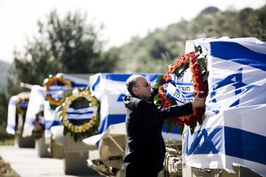 קישוט שלדי המשוריינים בדרך לירושלים. 22.4.09 (צילום: אביר סולטן)