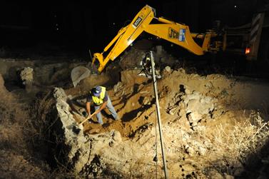 מפנים קברים עתיקים באתר המיועד להקמת חדר מיון בבית-החולים ברזילי באשקלון. 15.5.10 (צילום: גיל יערי)