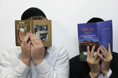 מנחם אדרי (מימין), ראש ישיבת בן-איש-חי, והתלמיד איציק זוהר, היום בבית-המשפט בירושלים. השניים נאשמים בכך שירו באחד מתלמידי הישיבה (צילום: קובי גדעון)