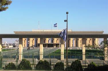 הדגל על הכנסת, ביום זקוף (צילום: רפי מן)