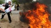 אנשי כוחות הביטחון של הרשות הפלסטינית משליכים לאש מוצרים שמקורם ביישובים בשטחי יהודה ושומרון שבהם מתגוררים יהודים. 18.5.10 (צילום: פלאש 90. לחצו להגדלה)