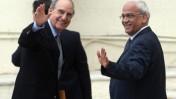 """השליח האמריקאי המיוחד למזרח התיכון ג'ורג' מיטשל (משמאל) עם יו""""ר צוות המשא-ומתן הפלסטיני סאיב עריקאת, שלשום ברמאללה (צילום: פלאש 90)"""
