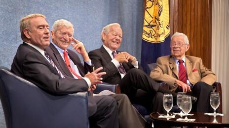 """דניאל שור (מימין), יחד עם (משמאל) דן ראתר, מרווין קאלב ובוב שיפר, בכינוס של ה""""נשיונל פרס קלאב"""" לזכרו של וולטר קרונקייט. וושינגטון די.סי, 16.9.09 (צילום: Michael Foley, רשיון cc, לחצו להגדלה)"""