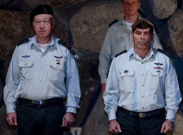 """הרמטכ""""ל גבי אשכנזי (מימין) והאלוף יואב גלנט בביקור ביד-ושם. 16.1.08 (צילום: דוד ועקנין)"""