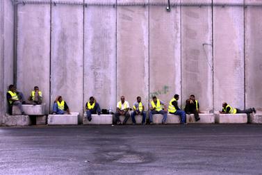 נהגי משאיות ממתינים במעבר הגבול כרם-שלום. 9.11.09 (צילום: צפריר אביוב)