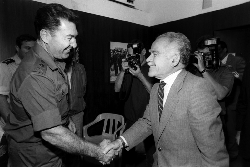 """ראש הממשלה יצחק שמיר לוחץ את ידו של הרמטכ""""ל דן שומרון. 1990 (צילום: משה שי)"""