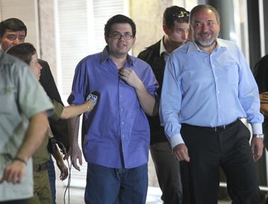 רפרם חדד (משמאל) ושר החוץ אביגדור ליברמן, עם נחיתתם בארץ. 9.8.10 (צילום: יוסי זליגר)