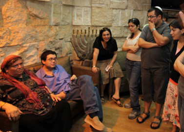 משפחתו של רפרם חדד מקבלת את פניו בשדה התעופה בן-גוריון. 9.8.10 (צילום: יוסי זליגר. לחצו להגדלה)
