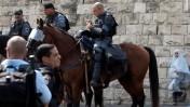 נערה מביטה בפרשים, שלשום במזרח ירושלים (צילום: דוד ועקנין)