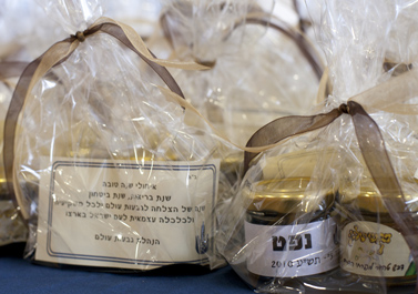 צנצנות דבש ונפט שחולקו בפגישת בעלי מניות שכינסה חברת גבעות-עולם ב-23.8.10 בירושלים (צילום: דוד ועקנין)