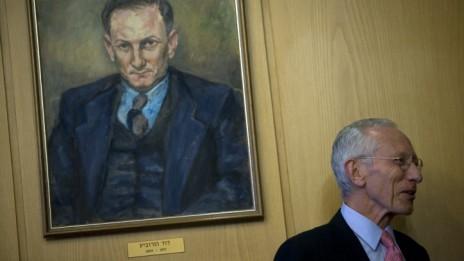נגיד בנק ישראל סטנלי פישר, אתמול במסיבת העיתונאים. בתמונה: דוד הורוביץ, הנגיד הראשון (צילום: ליאור מזרחי)