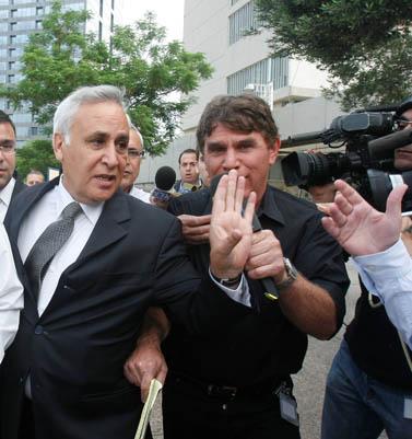 משה קצב מחוץ לבית-המשפט המחוזי בתל-אביב, 14.5.09 (צילום: רוני שוצר)