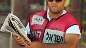 """מחלק עיתונים של """"ישראל היום"""" ברחוב שינקין בתל-אביב. אוגוסט 2010 (צילום: שוקי טאוסיג)"""
