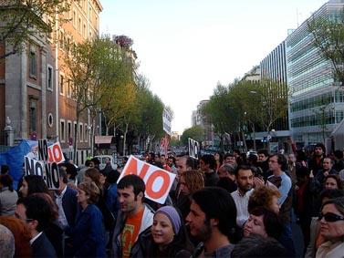 """הפגנת מחאה מול שגרירות ארה""""ב במדריד בדרישה לחקור את מותו של הצלם חוזה קוסו (צילום: סגרמין, רשיון cc)"""