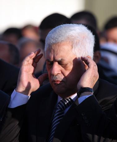 """יו""""ר הרשות הפלסטינית מחמוד עבאס (אבו-מאזן), בתפילה ברמאללה עם סיומו של חודש הרמדאן. 10.9.10 (צילום: עיסאם רימאווי)"""