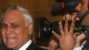 הנשיא לשעבר משה קצב מיד לאחר הרשעתו באונס. תל אביב, 31.12.10 (צילום: יריב כץ)