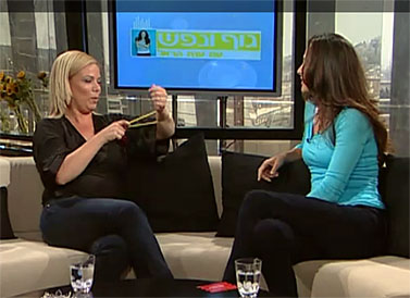"""מנכ""""לית החברה יום-חדש מדגימה מתיחת צמיד בתוכנית """"גוף ונפש"""" בערוץ 10 (צילום מסך)"""