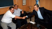 """יו""""ר ההסתדרות עופר עיני (משמאל) לוחץ את ידו של שר הביטחון אהוד ברק, בלשכתו של האחרון בתל-אביב. 6.10.08 (צילום: יריב כץ)"""
