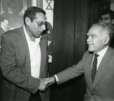 רחבעם זאבי (משמאל) לוחץ את ידו של ראש הממשלה לשעבר יצחק שמיר (צילום: משה שי)