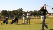 ישראלים משחקים גולף, היום בקיסריה (צילום: לירון אלמוג)