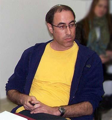 """עיתונאי """"מעריב"""" קלמן ליבסקינד, אתמול בישיבת מועצת העיתונות (צילום: """"העין השביעית"""")"""