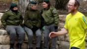שוטרות משמר-הגבול בוחנות רץ במרתון ירושלים, שלשום (צילום: ליאור מזרחי)