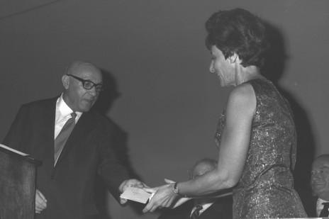 """ראש עיריית ת""""א מרדכי נמיר מעניק את פרס סוקולוב לשנת 1996 לרות בונדי, כתבת """"דבר השבוע"""", 1996 (צילום: פריץ כהן, לע""""מ)"""