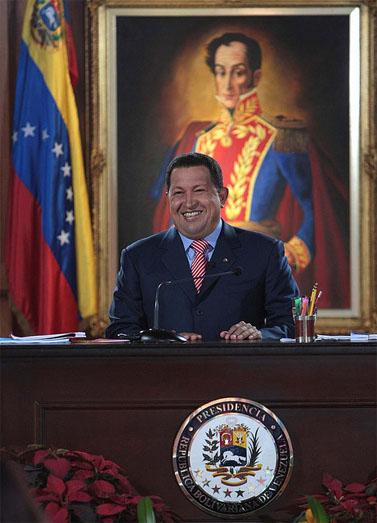 נשיא ונצואלה הוגו צ'אווז. בתמונה מאחור: סימון בוליבר (צילום: ברנרדו לונדוי, רשיון cc)