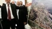 שר הפנים אלי ישי בביקור בעיריית אלעד. מאחור: ראש העיר יצחק עידן (צילום: מרקו)