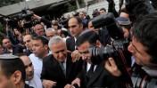 משה קצב יוצא מבית-המשפט לאחר הרשעתו, 31.12.10 (צילום: יוסי זליגר)
