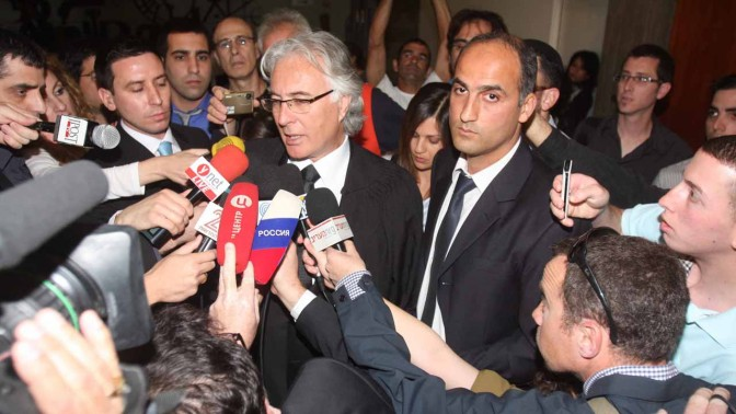 עיתונאים מקיפים את ציון אמיר, פרקליטו של משה קצב, אתמול בבית-המשפט (צילום: רוני שיצר)