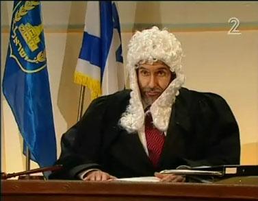 """השחקן אסי כהן מגלם את אביגדור ליברמן בתוכנית """"ארץ נהדרת"""" (צילום מסך)"""