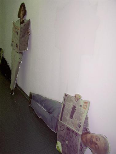 """דמויות קרטון בבית """"מעריב"""", 2004 (צילום: עידו קינן, חדר 404, cc-by-sa)"""