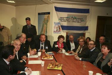 ישיבה של מפלגת ישראל-ביתנו בראשותו של אביגדור ליברמן, ערב הכניסה לכנסת ה-18. ירושלים, 17.3.09 (צילום: אוליביה פיטוסי)