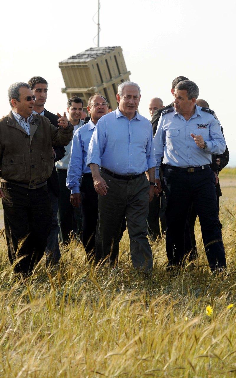 """בנימין נתניהו, ראש ממשלת ישראל, שר הביטחון אהוד ברק ומפקד חיל האוויר עידו נחושתן, על רקע מערכת כיפת-ברזל (צילום: אבי אוחיון, לע""""מ)"""