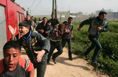 """בית-לחיא, בקרבת מחנה אימונים של שוטרי חמאס, שהופצץ אתמול על-ידי צה""""ל (צילום: מוחמד עות'מן)"""