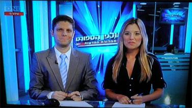 """דניאלה סמרי ומירון ארונוביץ' מגישים את """"אולפן הספורט"""" בערוץ ONE"""