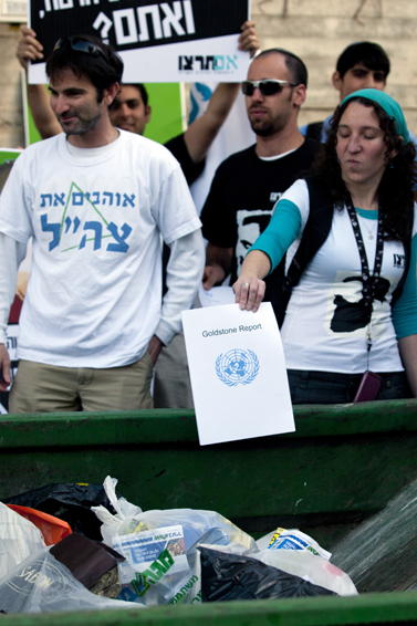 """פעילי ימין מפגינים נגד דו""""ח גולדסטון, אתמול בירושלים (צילום: דוד ועקנין)"""