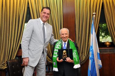 נשיא המדינה שמעון פרס ושחקן הכדורסל לשעבר ארבידאס סאבוניס, אתמול במשכן הנשיא (צילום: יואב ארי דודקביץ)
